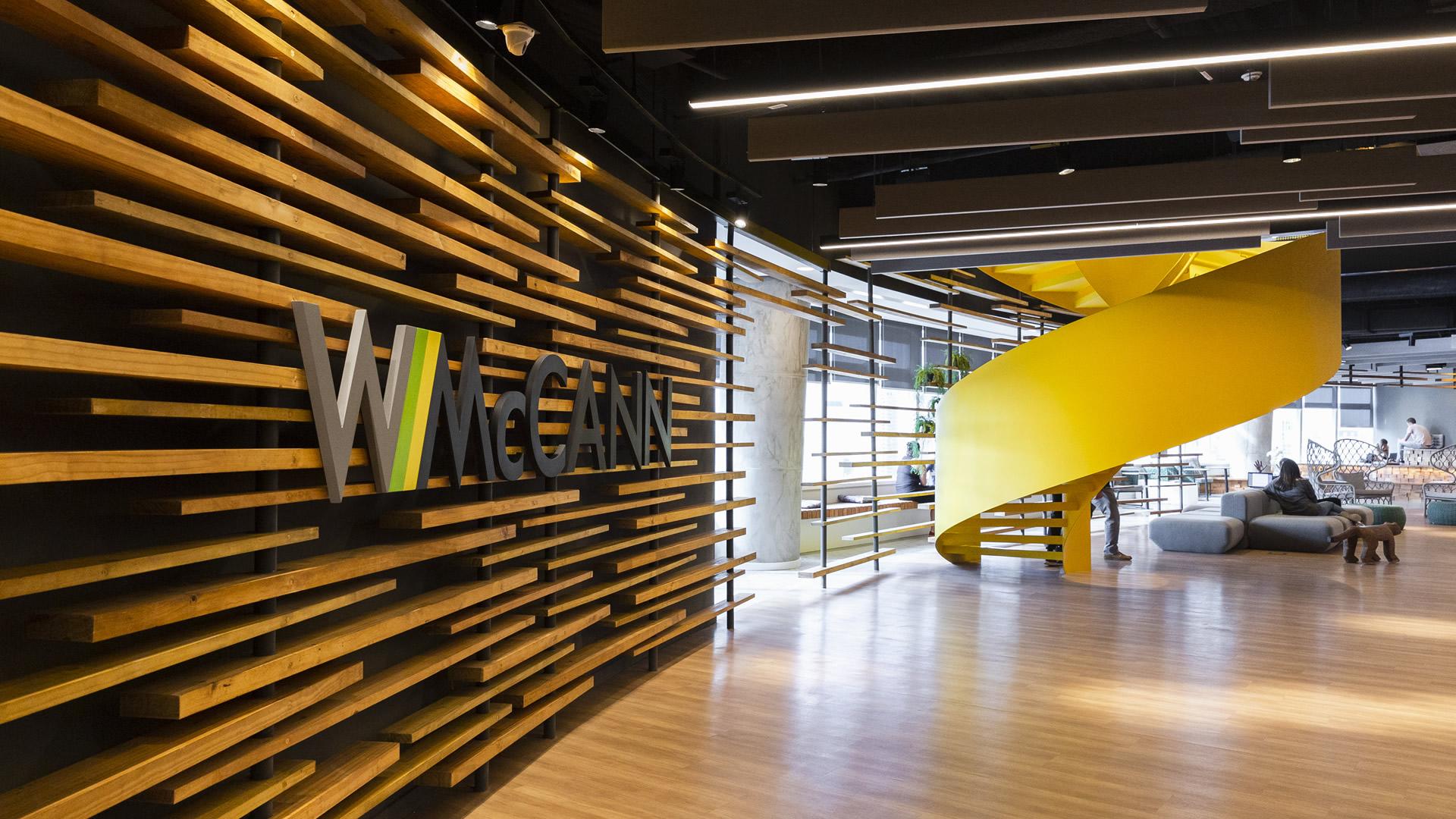 Na imagem, é exibida a recepção da WMcCann em São Paulo