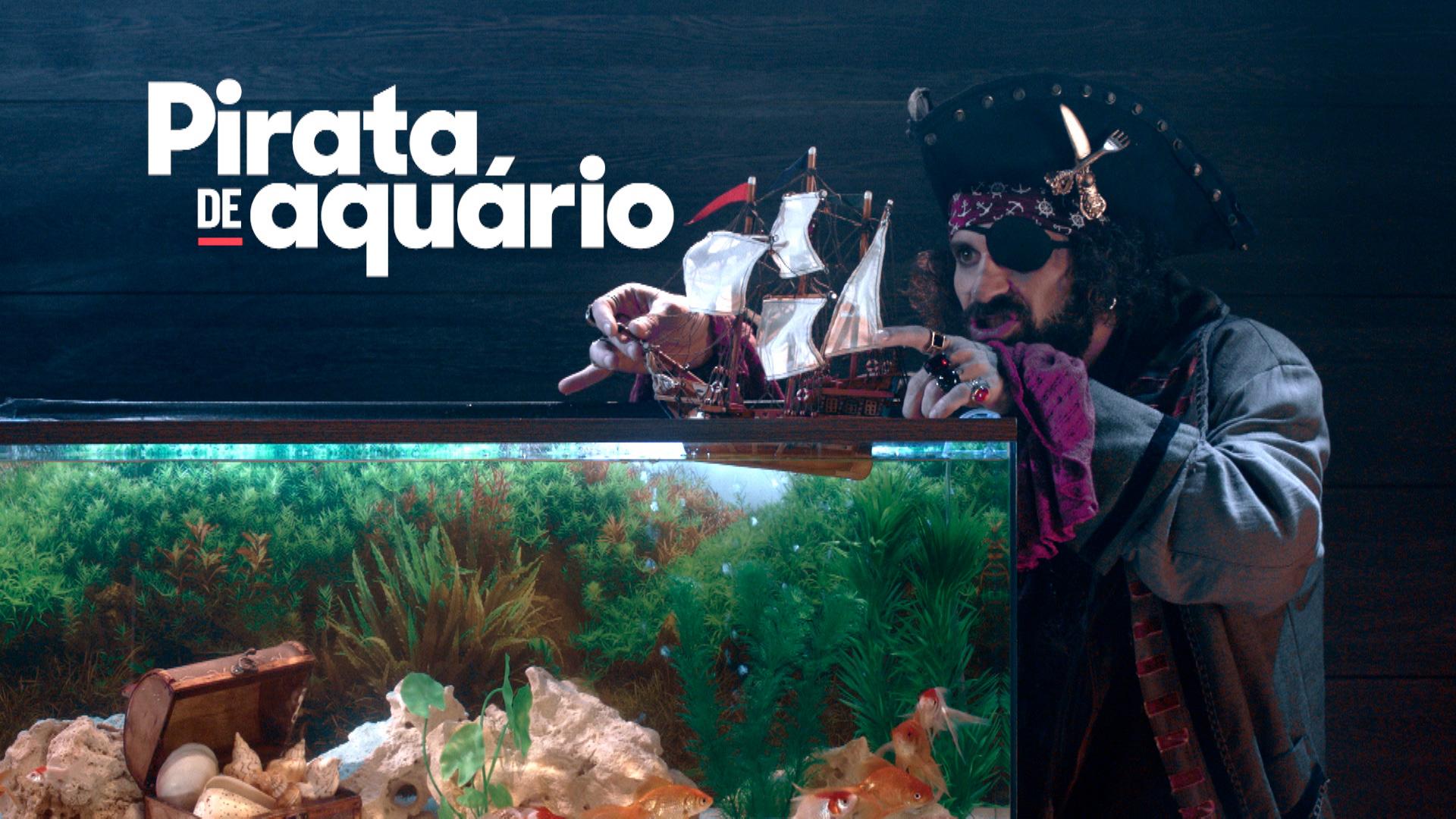 Um pirata brinca com um navio de brinquedo em um aquário