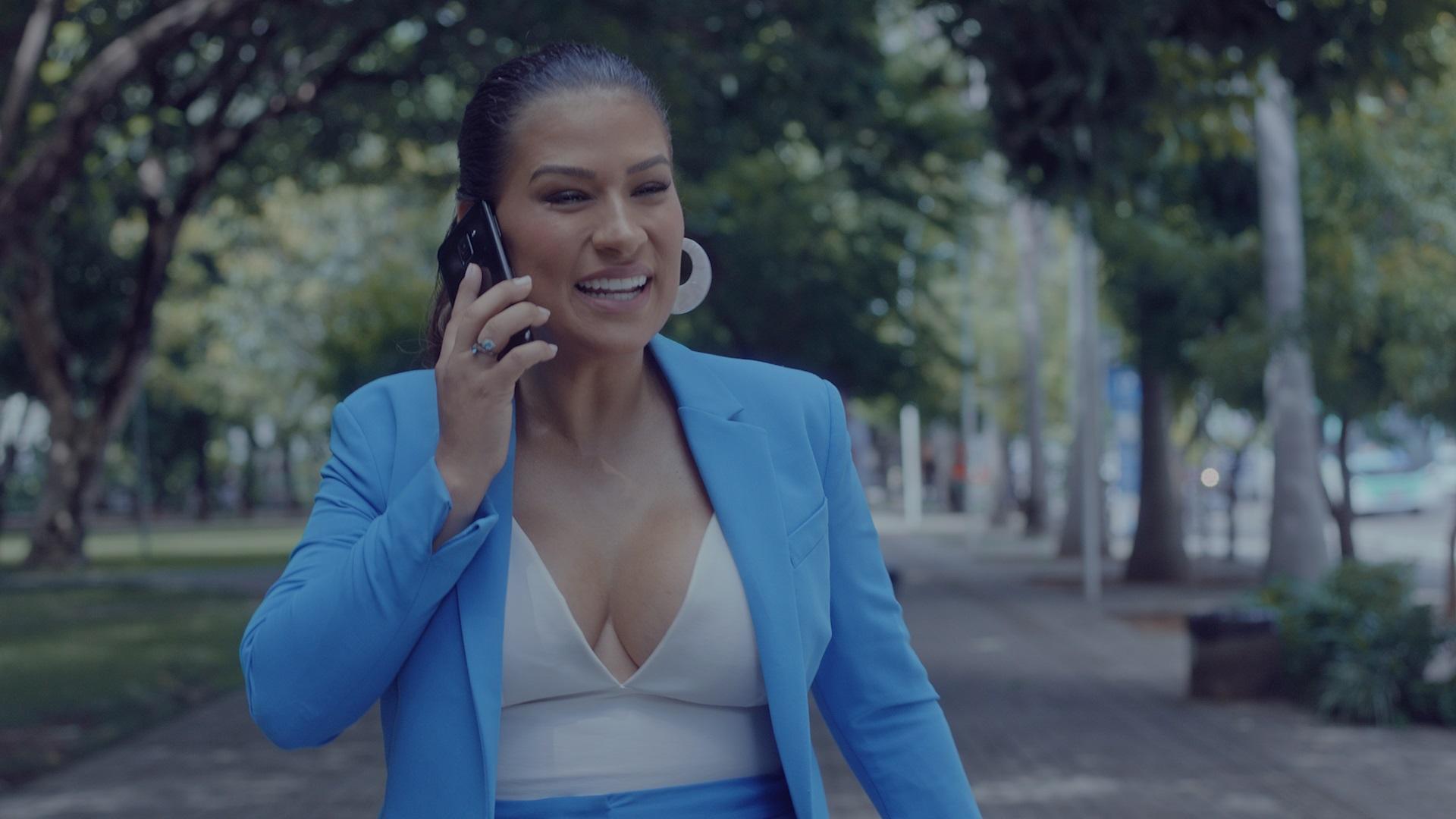 Simone fala ao telefone celular