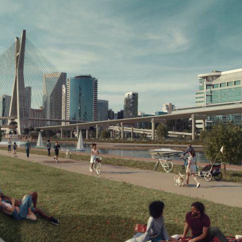 Em São Paulo, o Rio Pinheiros está limpo, pessoas passeiam com cachorro, sentam no gramado para conversar, usam o rio para navegação e andam de bicicleta