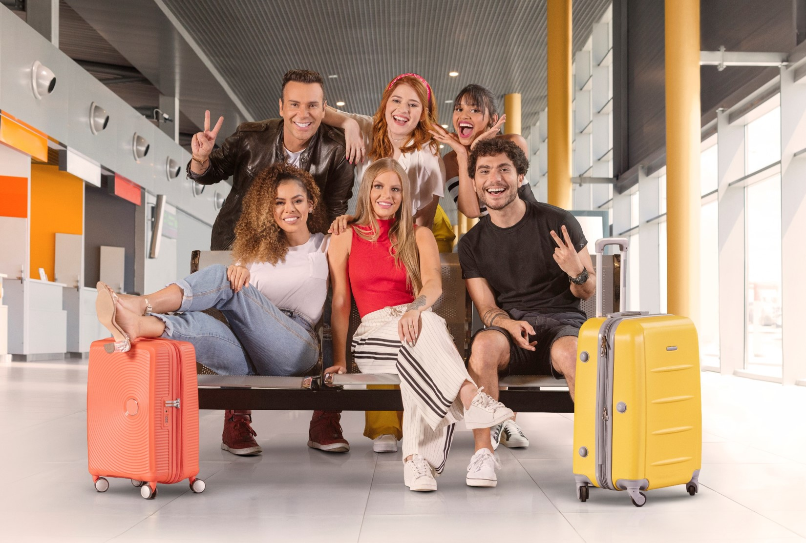 Luiza Sonza com outros cinco jovens.