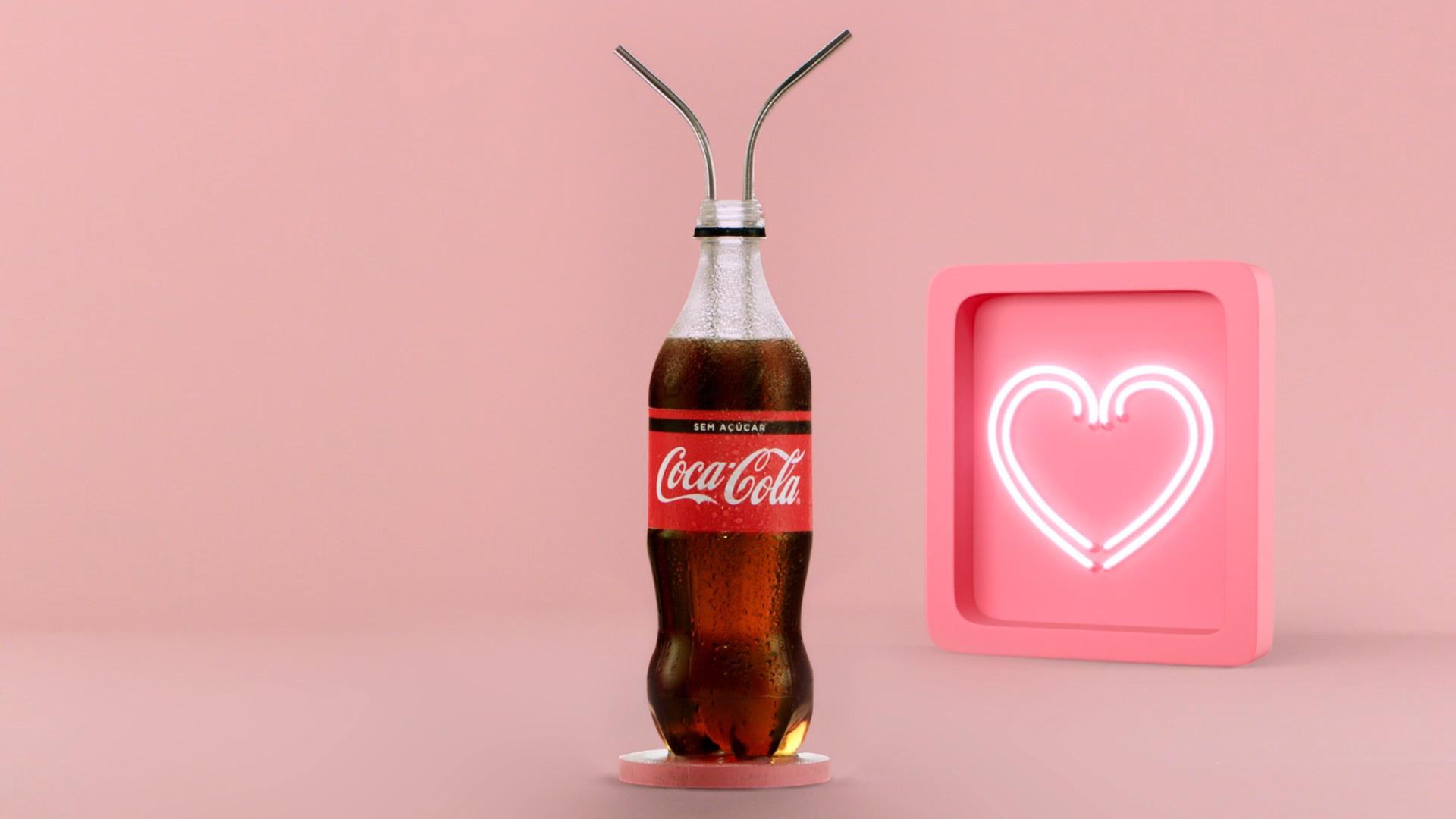 Na imagem, há uma garrafa de Coca-Cola com dois canudos dentro. Ao lado, um coração rosa com neon branco.