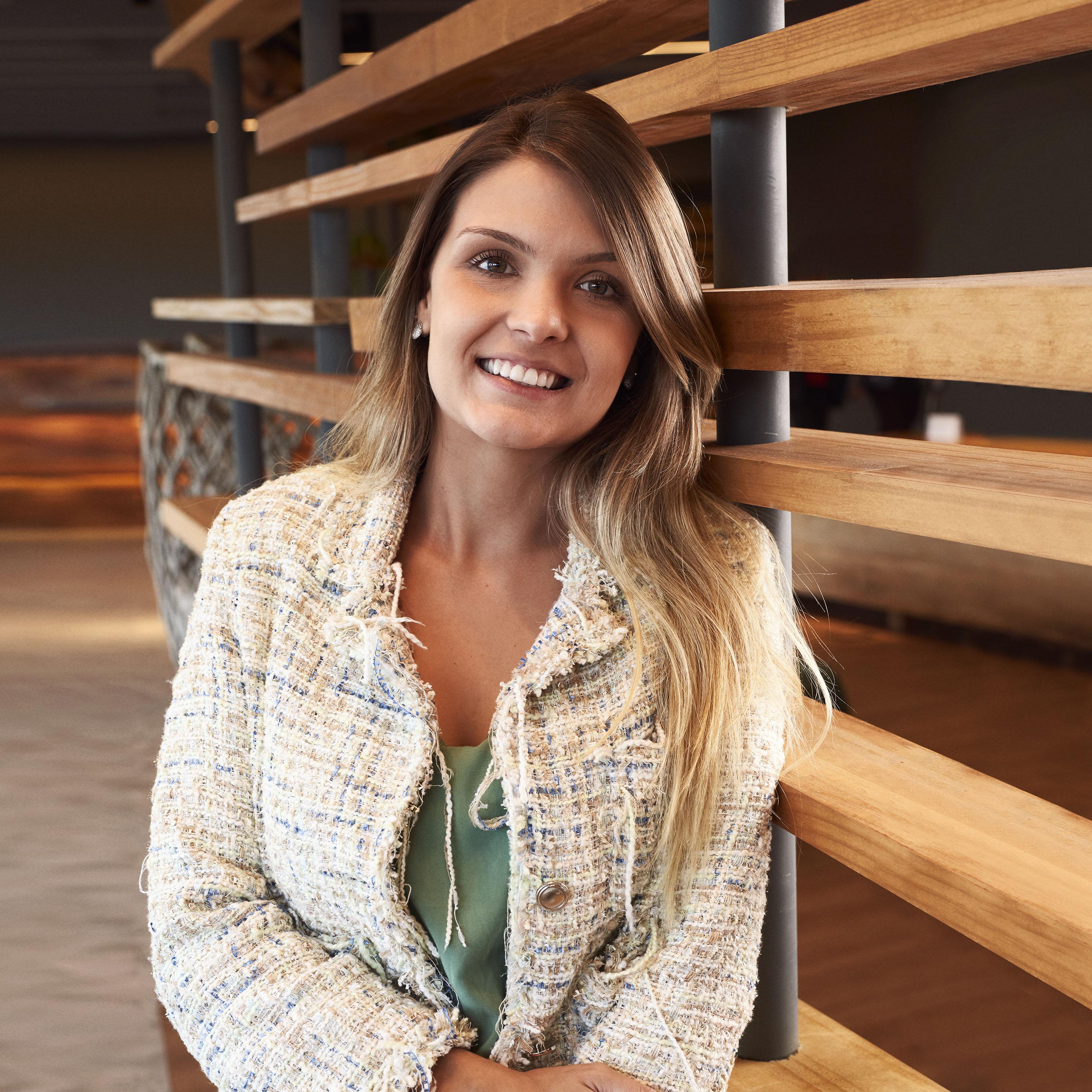 Kerena Neves. gerente de comunicação corporativa.