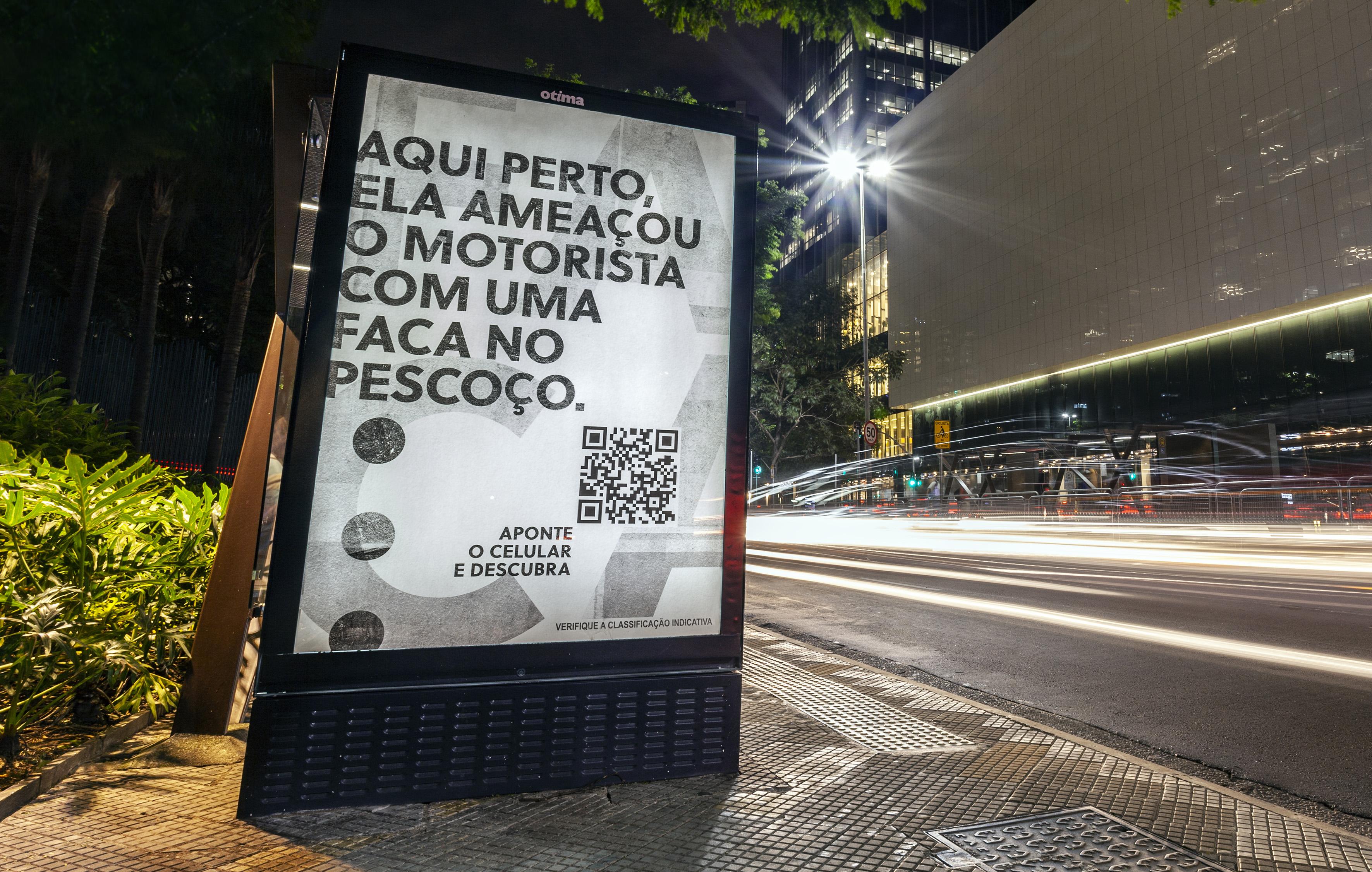 Em um ponto de ônibus em São Paulo, um mobiliário urbano para a segunda temporada da série