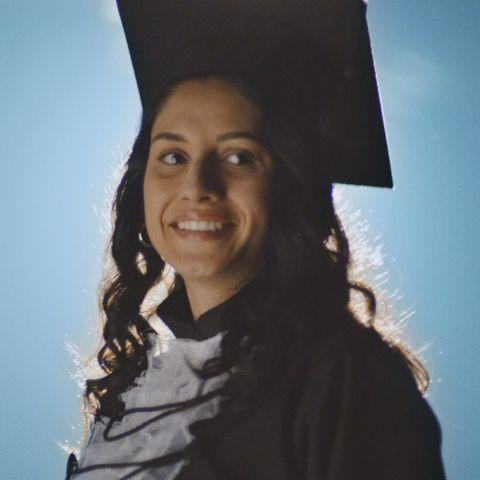 Uma estudante com roupa de formatura.