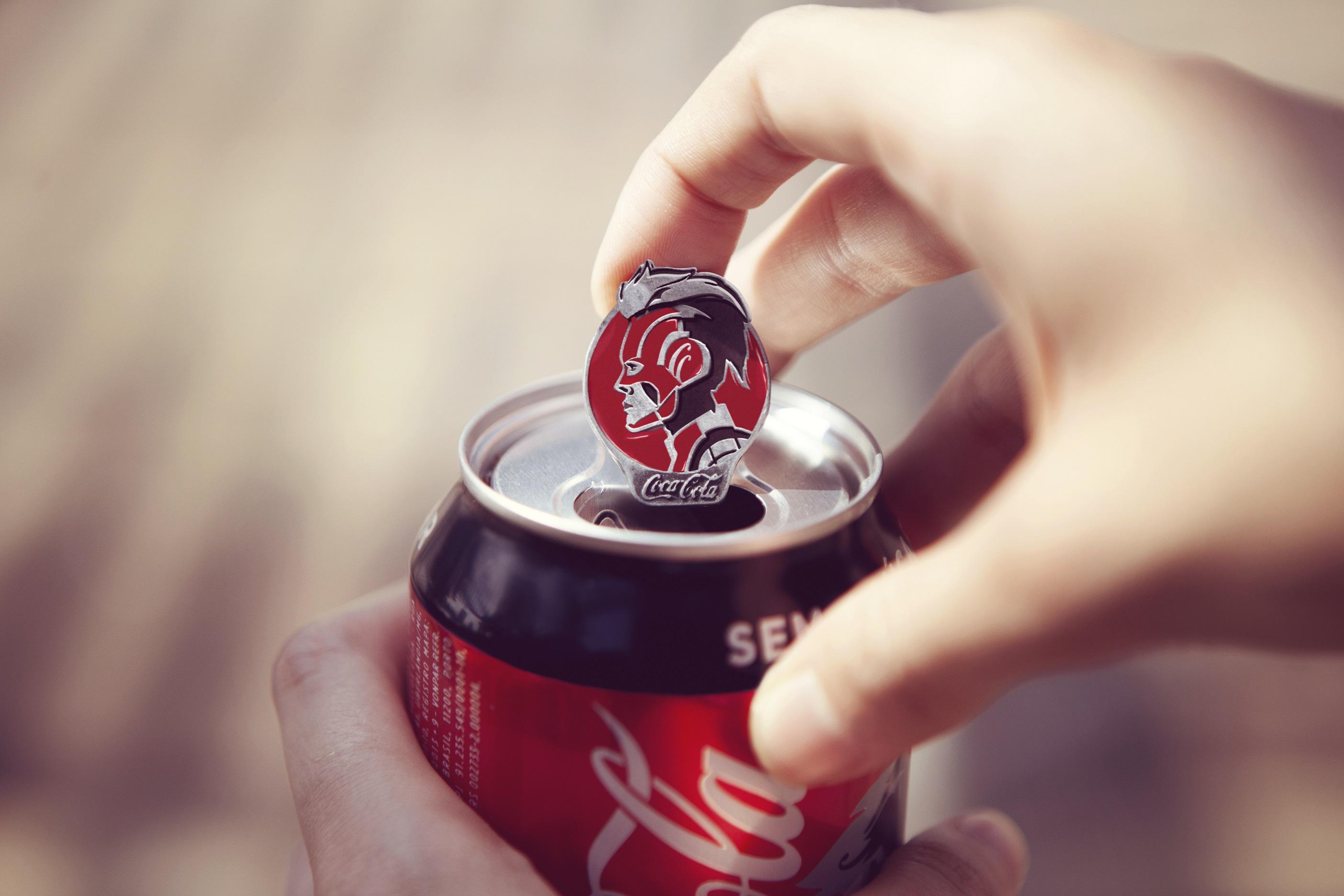 Uma Coca-Cola com uma com um pin da Capitã Marvel.