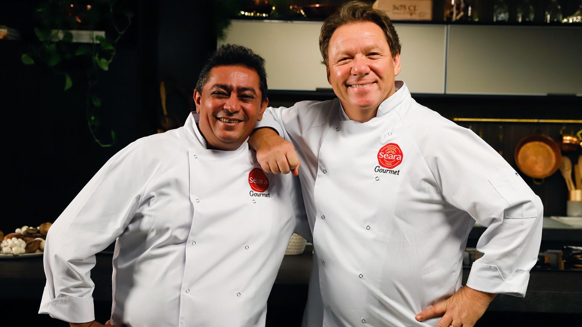 Claude Troisgois e João Batista juntos com avental da Seara Gourmet.
