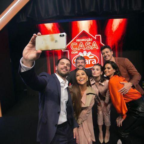 Duda Nagle, Sabrina Sato, Vera Viel, Rodrigo Faro, Camila Queiroz e José Cirilo, da Seara, posam para selfie juntos.