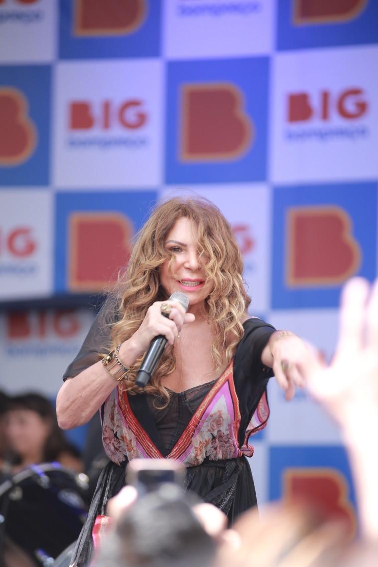 Cantora Elba Ramalho cantando em Recife durante lançamento da marca BIG.