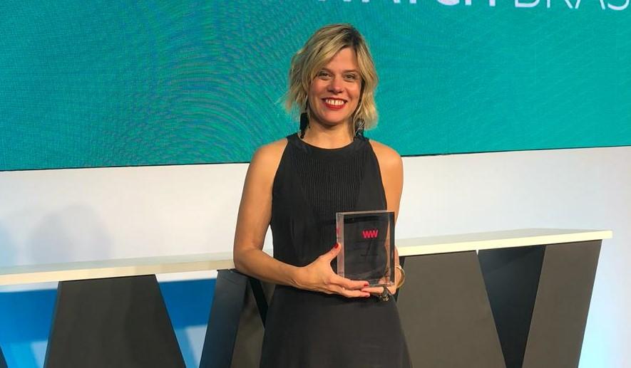 Renata Bokel recebendo o prêmio do Women to Watch Brasil 2019.