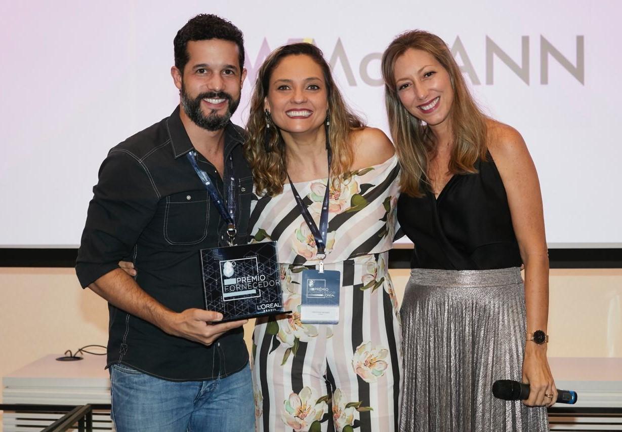 Fabricio Aurichio recebe o prêmio de melhor agência do grupo L'Oréal pela WMcCann