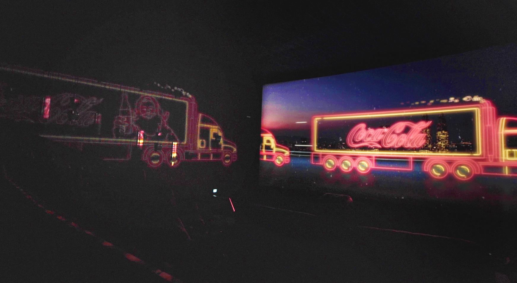 Foto da sala de cinema com projeção personalizada do especial de natal da Coca-Cola
