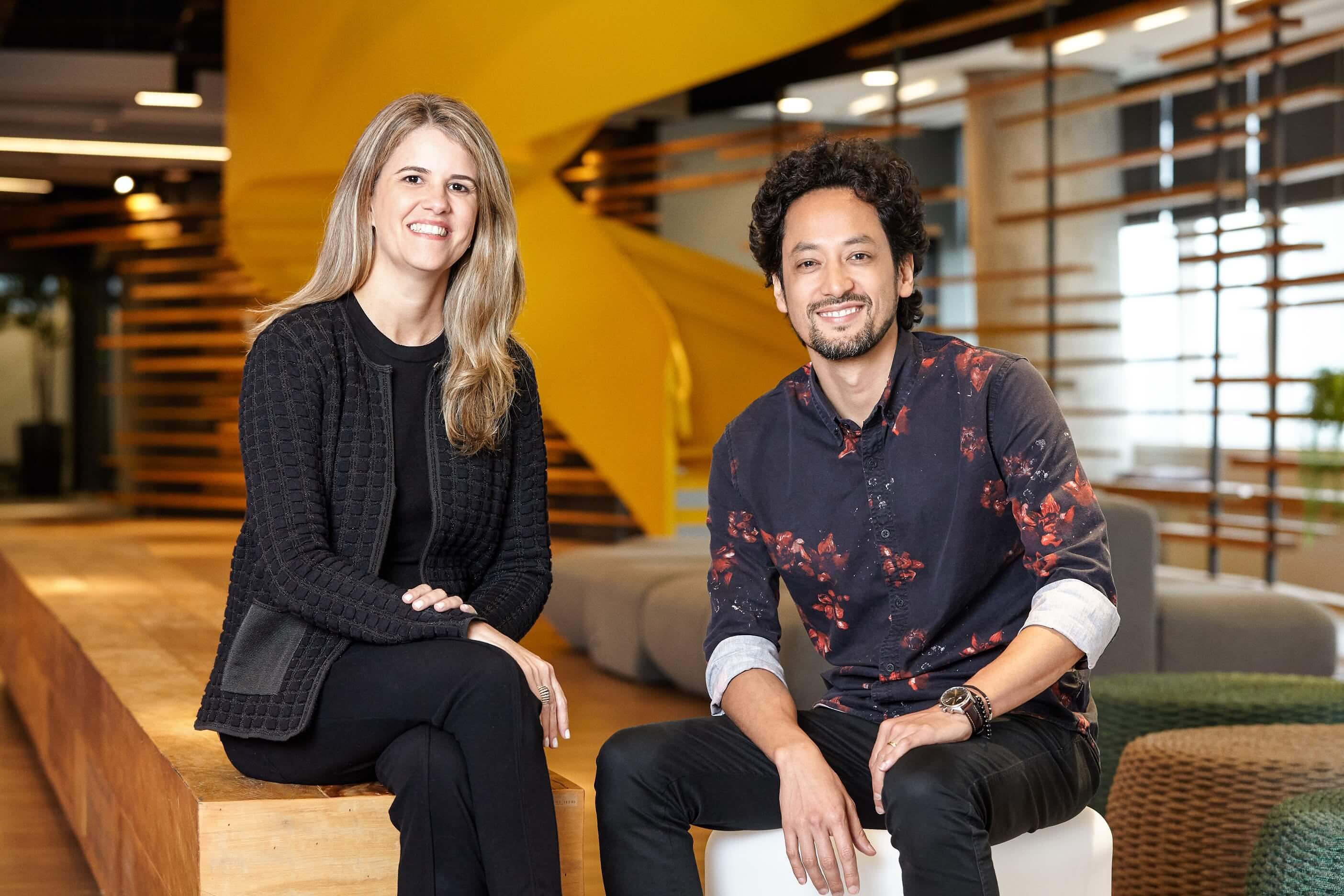 Paula Molina, diretora de Recursos Humanos, ao lado de Kevin Zung.