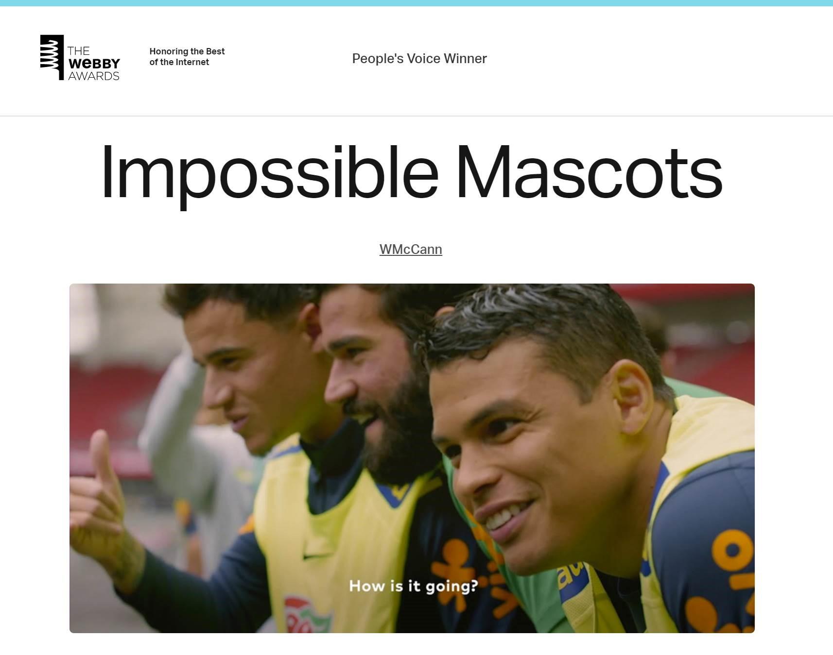 """Foto do site do prêmio """"The Webby Awards"""", com os dizeres """"People's Voice Winner"""", """"Impossible Mascots"""", e a imagem dos jogadores da seleção brasileira durante a ação realizada no jogo amistoso."""