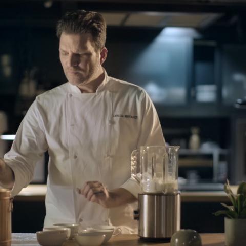 Frame com o chef Carlos Bertolazzi durante uma receita