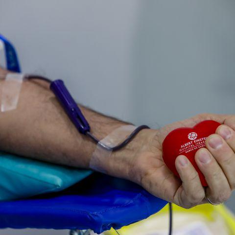 Imagem de um braço durante a doação de sangue