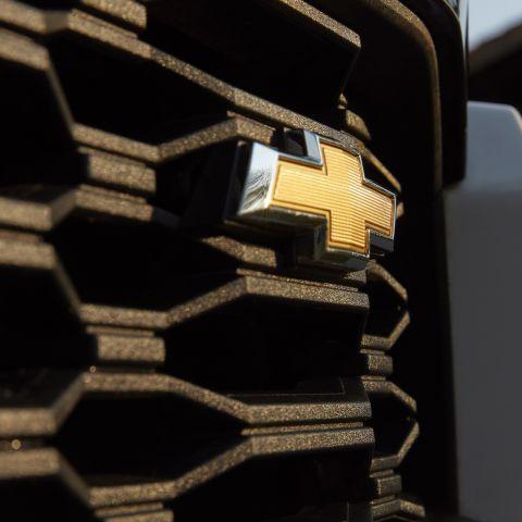 Imagem do logo da Chevrolet em destaque, na grade frontal da Nova S10