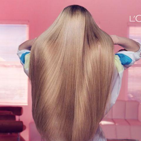 Imagem de uma pessoa de costas com foco em seu cabelo longo, liso e loiro.