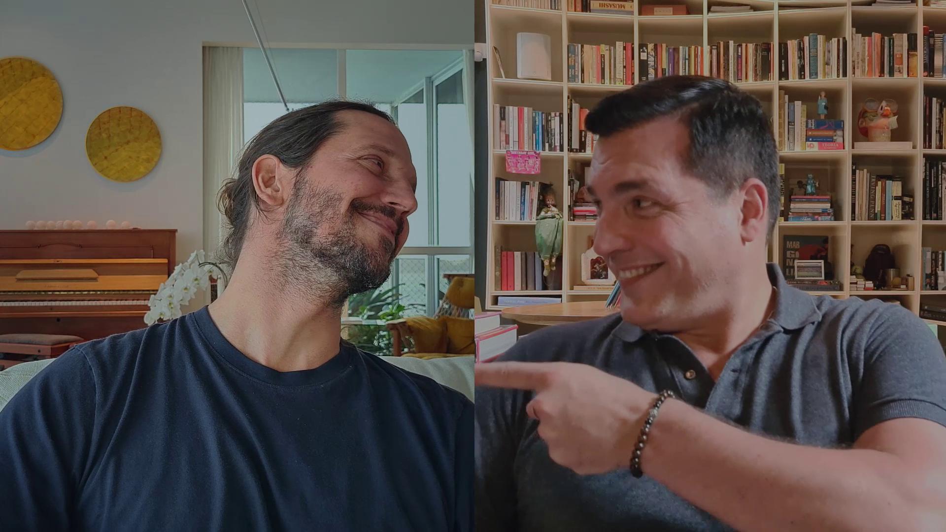 Na imagem, os atores Vladimir Brichta e Daniel Boaventura dividem a tela, um olhando para o outro e sorrindo.