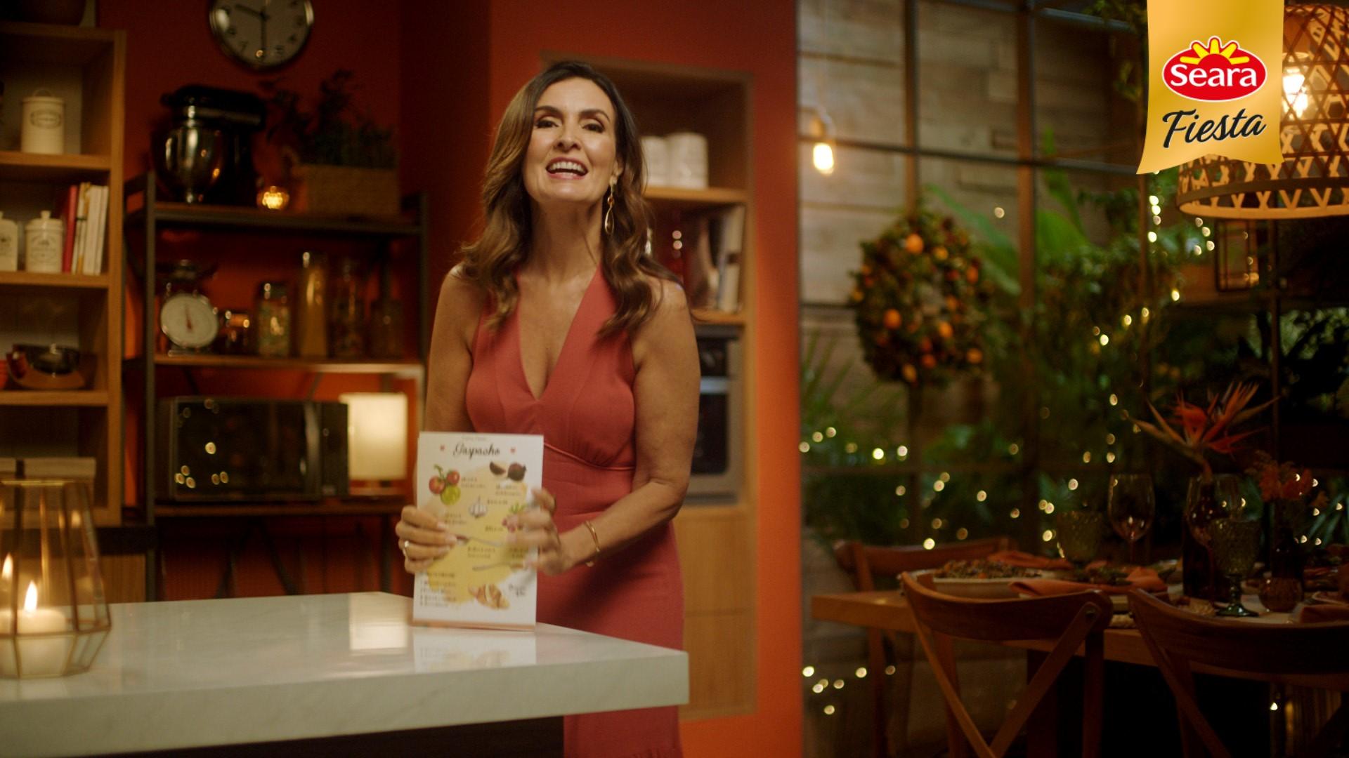 Na imagem, Fátima Bernardes aparece em um ambiente natalino.