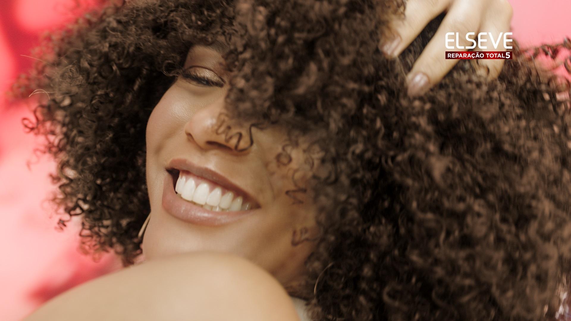 A imagem foca na atriz Tais Araújo sorrindo.