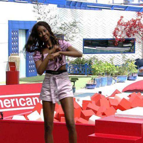 Imagem da Brother Camila de Lucas dançando o novo jingle da Americanas durante a ação no BBB